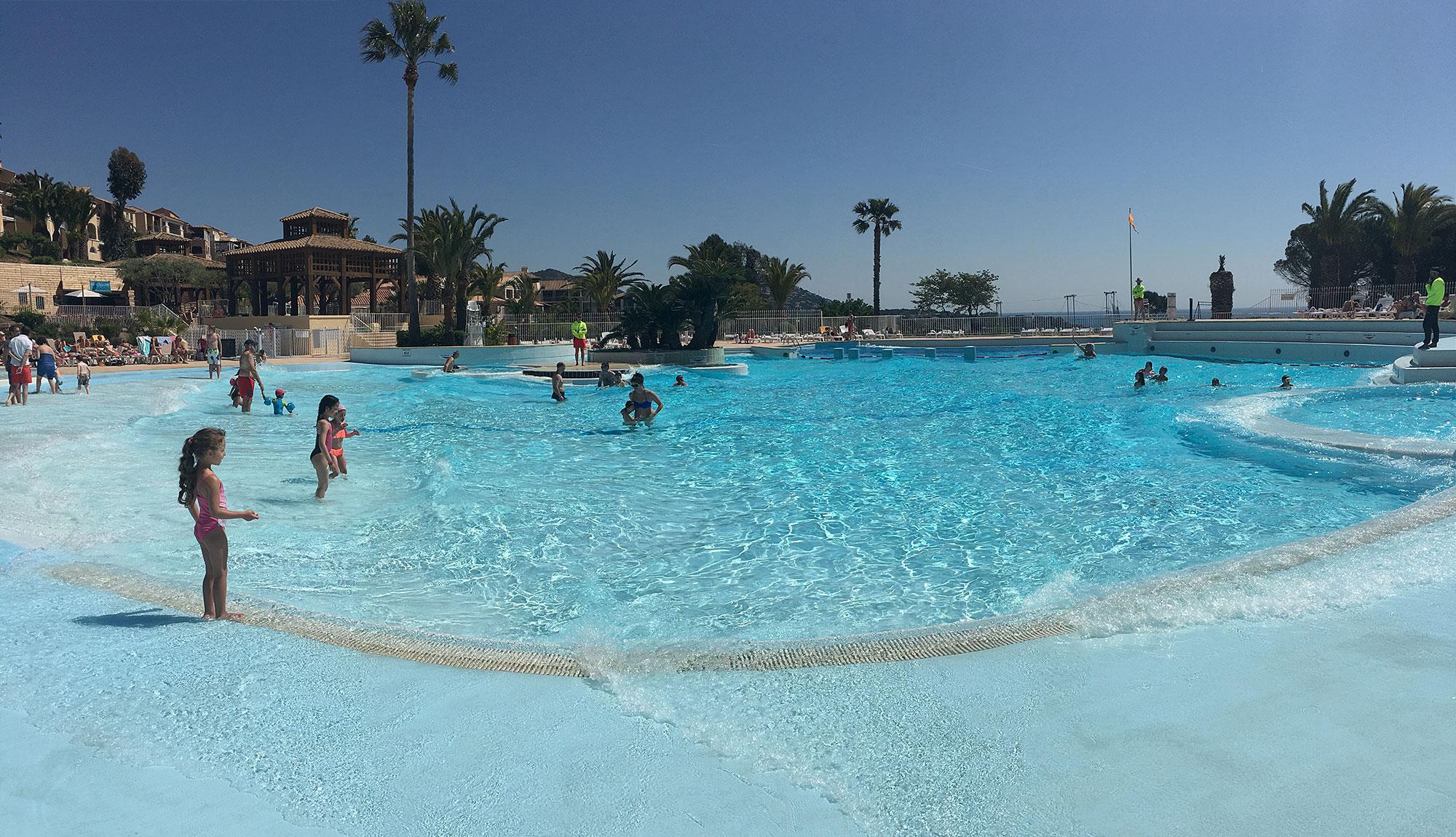 Les pieds dans l 39 eau au village pierre vacances cap est rel for Club piscine fitness st jerome